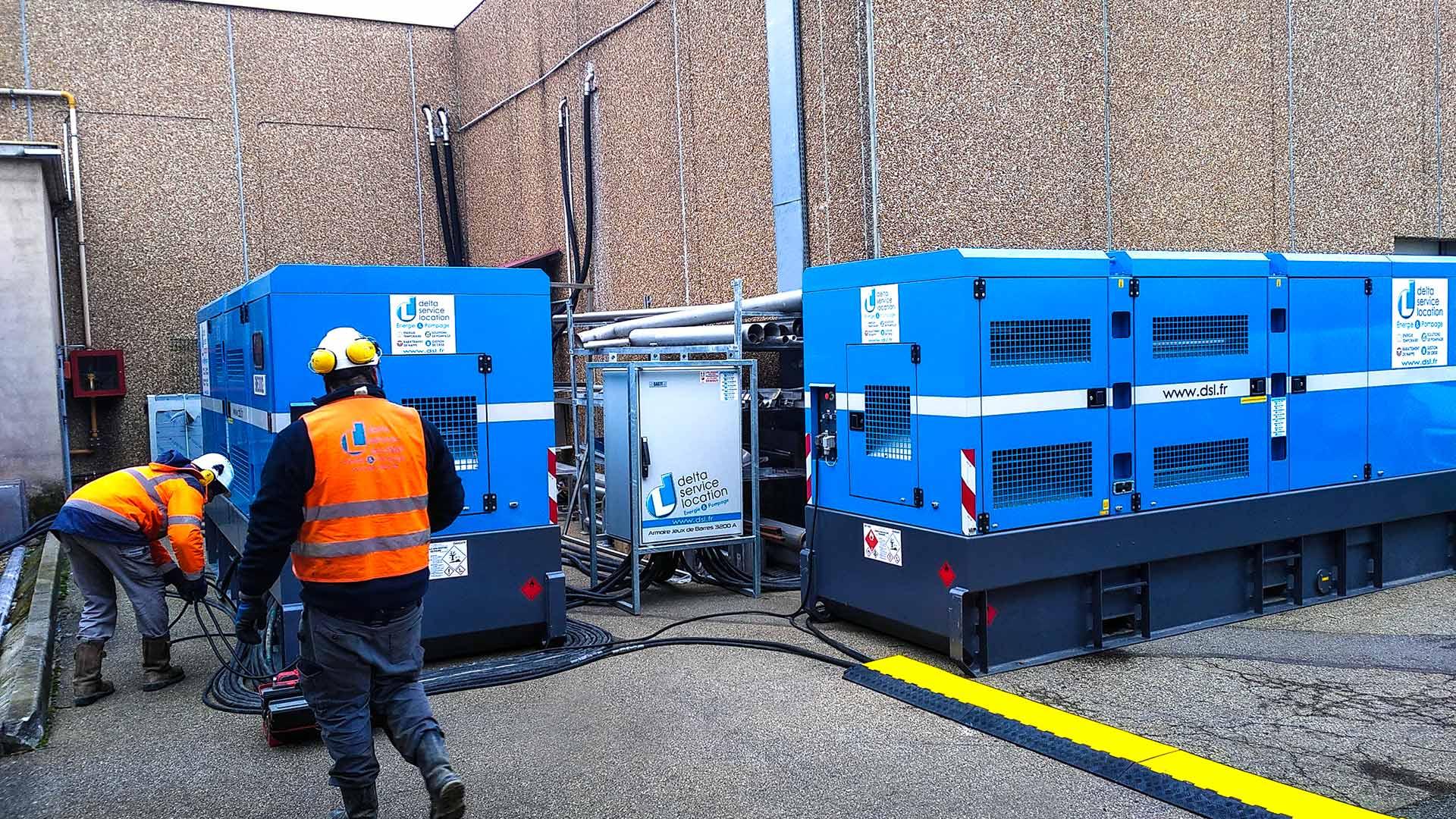 2 techniciens installant 2 groupes électrogènes pour de la gestion de crise