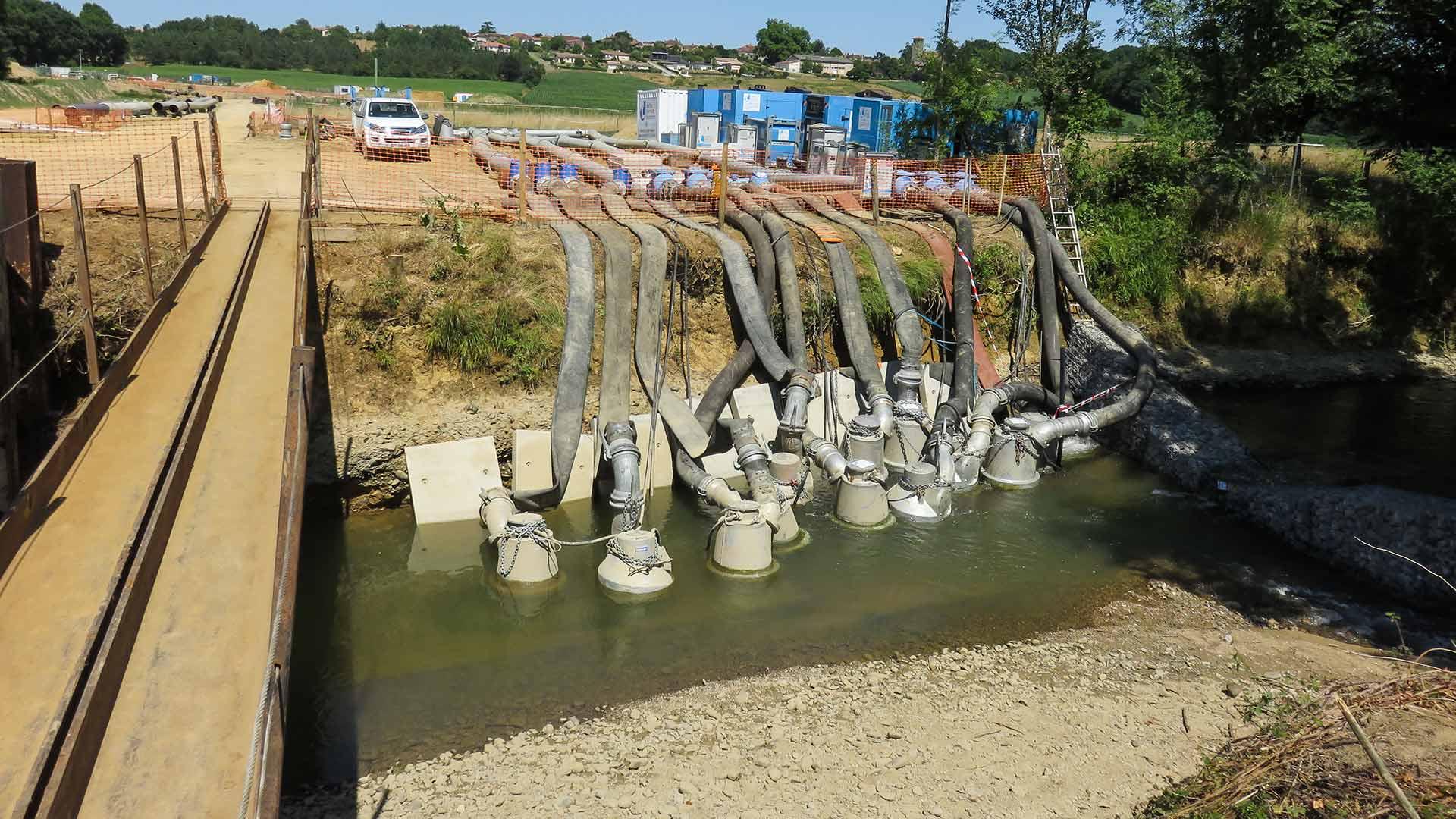 12 pompes 1000 m³/h installées dans le cours d'eau